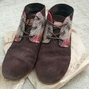 Like new! Toms brown suede booties